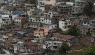 El vínculo entre el factor de privación y el tamaño de las ciudades: el caso del Ecuador